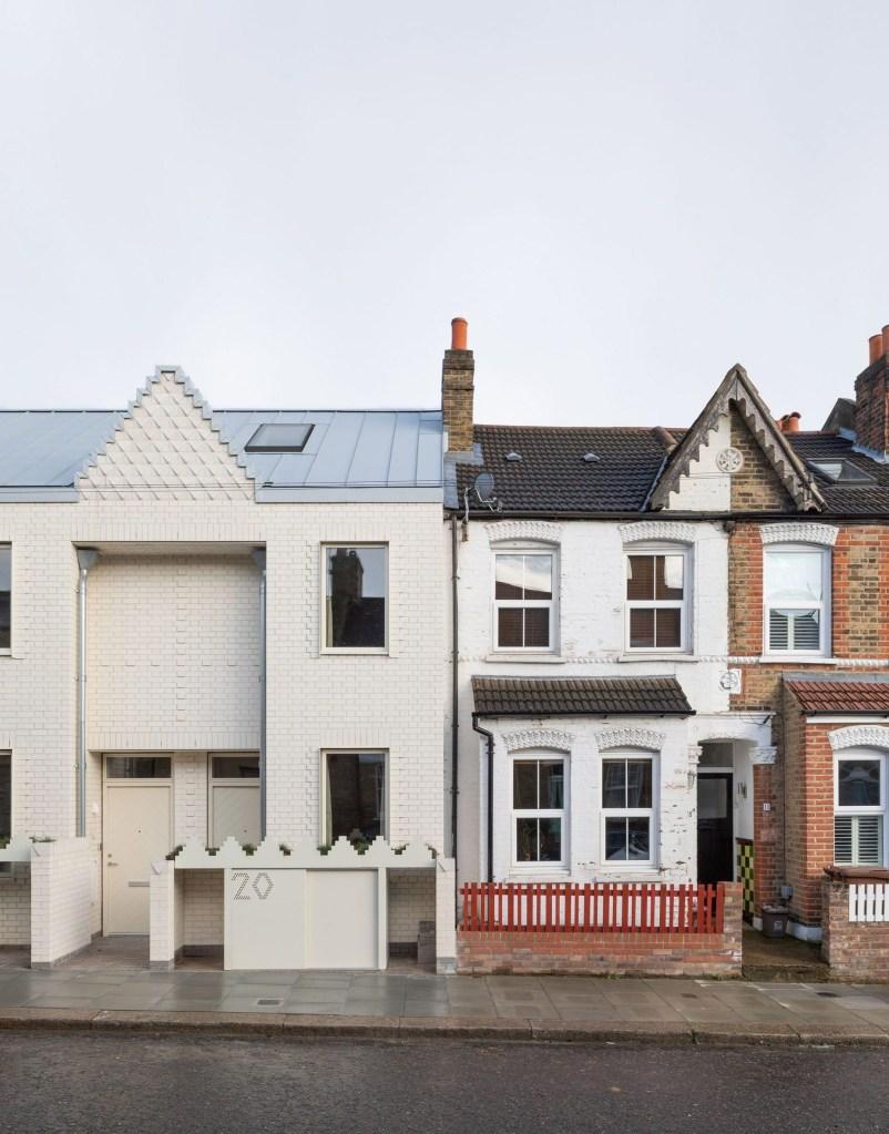Detalhe da divisão entre as casas brancas contemporâneas e as construções tradicionais