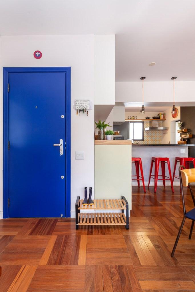 Porta de entrada na cor azul vibrante
