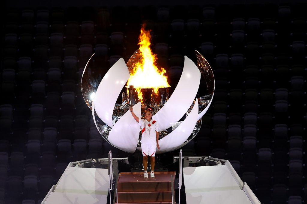 Naomi Osaka acendendo a pira olímpica