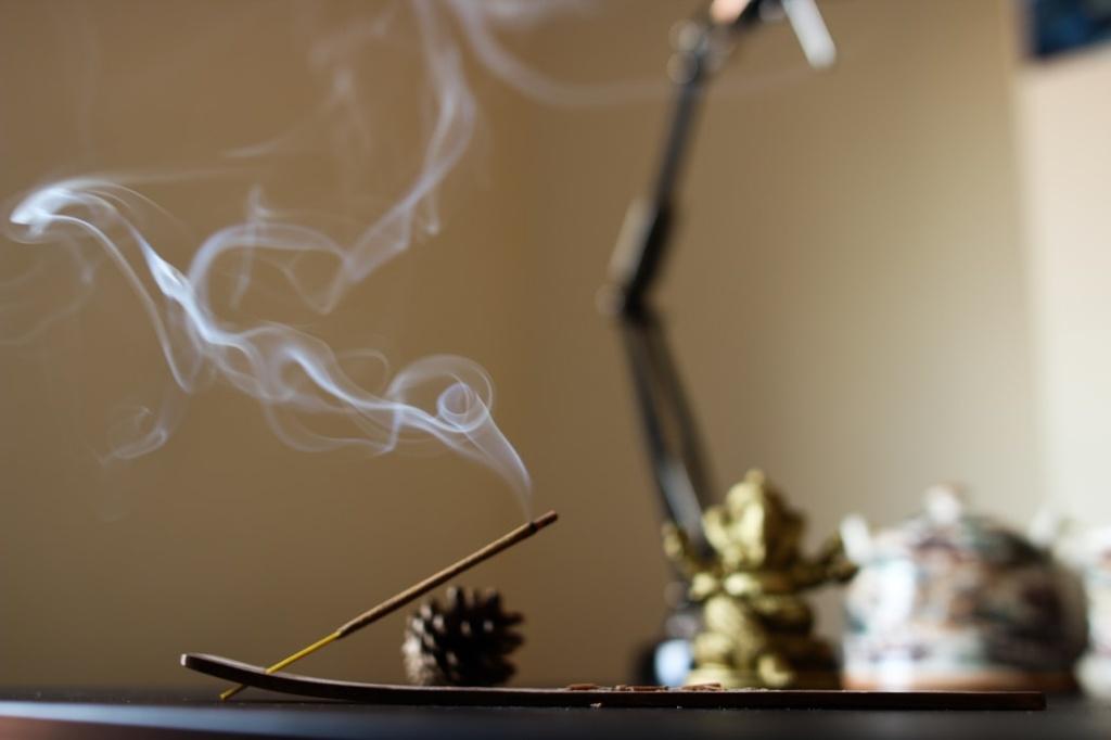 usando incenso e velas na decoração
