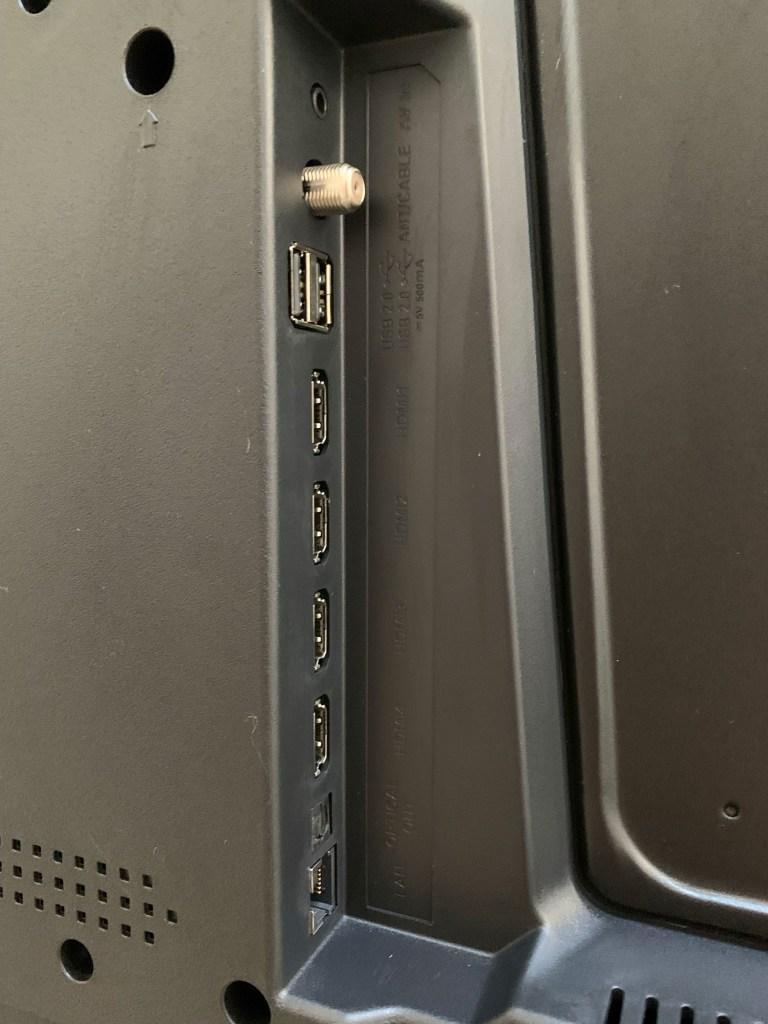 """Parte traseira da TV Britânia 55"""", com 4 entradas HDMI, 2 entradas USB, entrada UTP"""