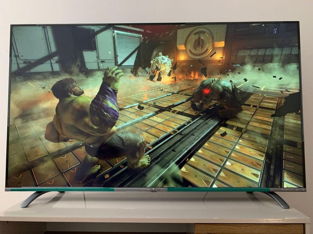 """TV Britânia 55"""" com captura de tela do jogo Marvel's Avengers"""