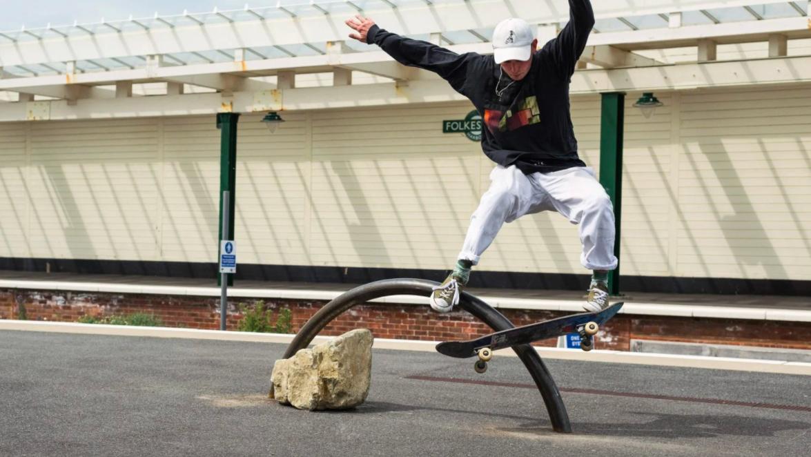 2 estas esculturas foram feitas para andar de skate