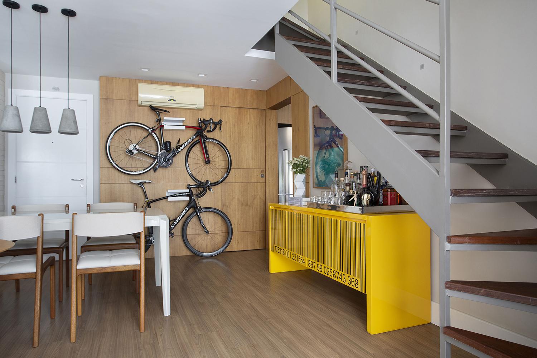 Bikes em painel de madeira são destaque nesta cobertura duplex 80 m²