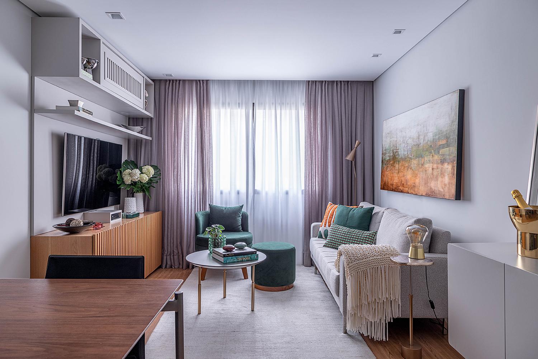 Flat de 58 m² tem área social integrada e marcenaria colorida