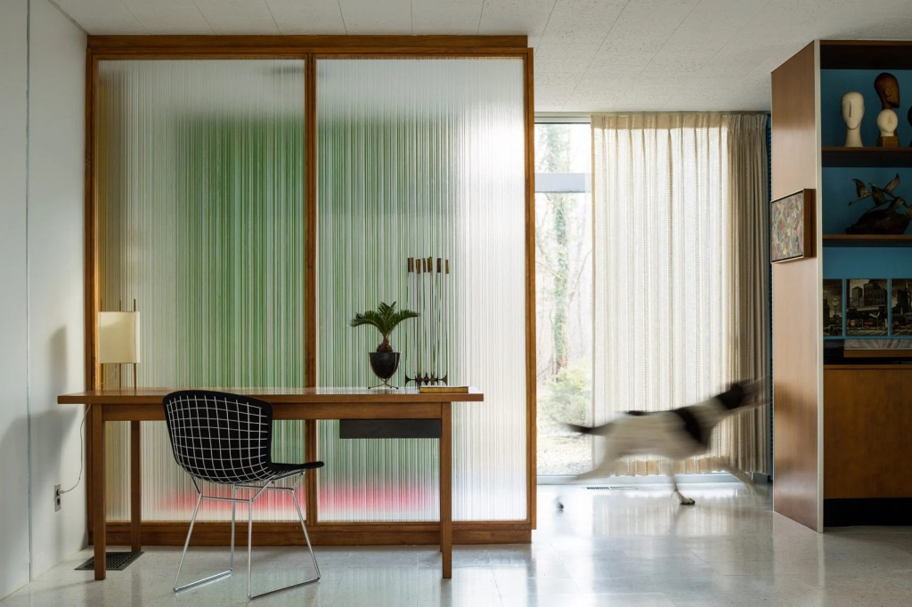 10 interiores com decoracao moderna do meio do seculo casacombr dezeen 2 Vision Art NEWS