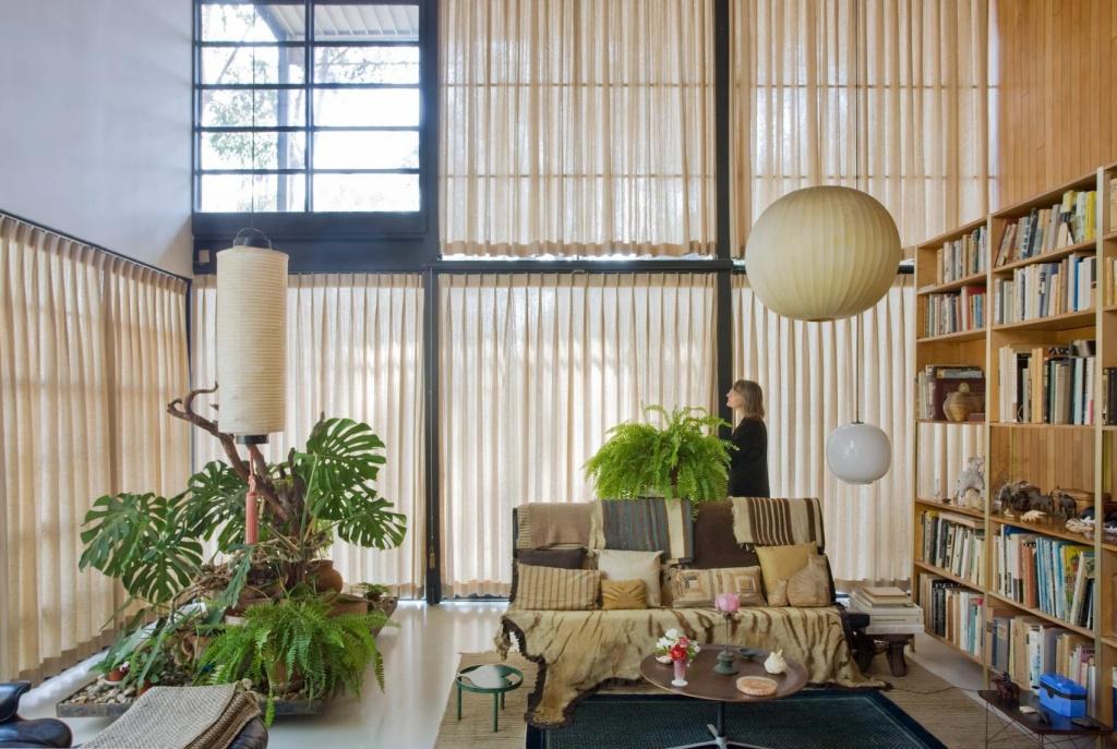 10 interiores com decoracao moderna do meio do seculo casacombr dezeen 4 Vision Art NEWS