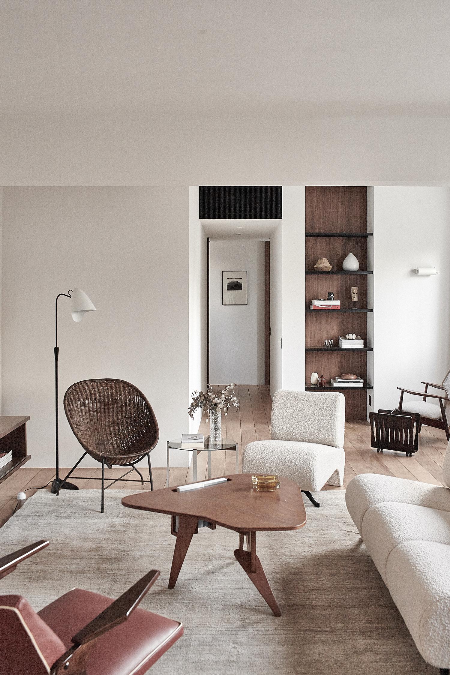 Design nacional, madeira e mármore são destaques neste apê de 128 m²