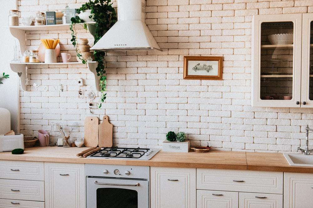 7 dicas para higienizar mesas e bancadas de madeira na cozinha