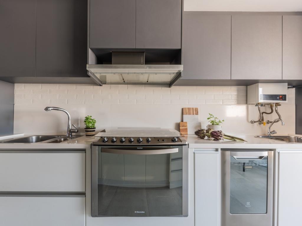 O fogão tradicional é uma opção com ótimo custo-benefício e o advento tecnológico dos cooktops não diminui sua relevância na cozinha. Além de completo, já que vem acoplado com o forno e o morador pode inserir no projeto da bancada e marcenaria