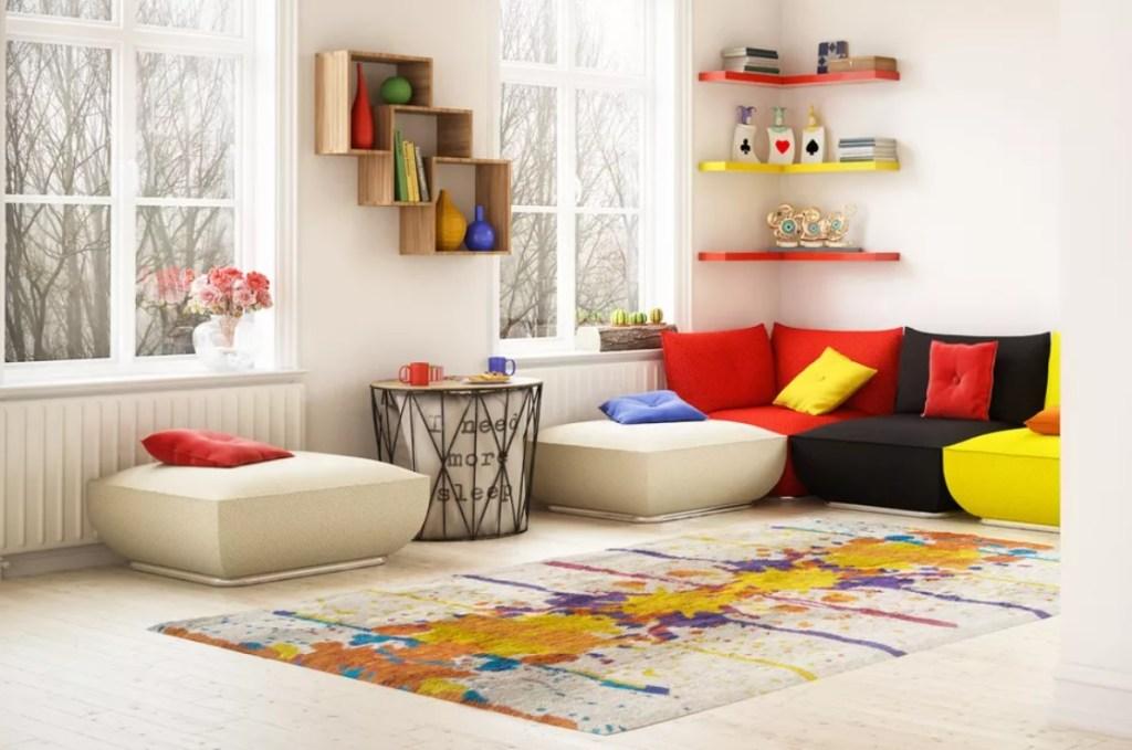 kindercore estilo decoracao sala sofa colorido cores primarias the spruce Bulgac Getty Images